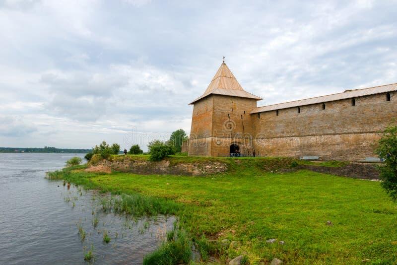 Los bancos de Neva River cerca de la fortaleza vieja fotografía de archivo libre de regalías