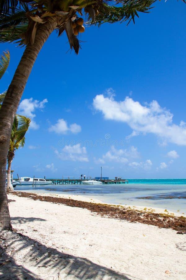 Los barcos amarraron contra el embarcadero de la playa arenosa blanca fotos de archivo libres de regalías