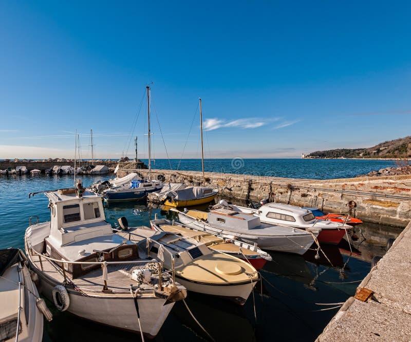 Los barcos amarraron en un pequeño puerto en el golfo de Trieste fotos de archivo libres de regalías