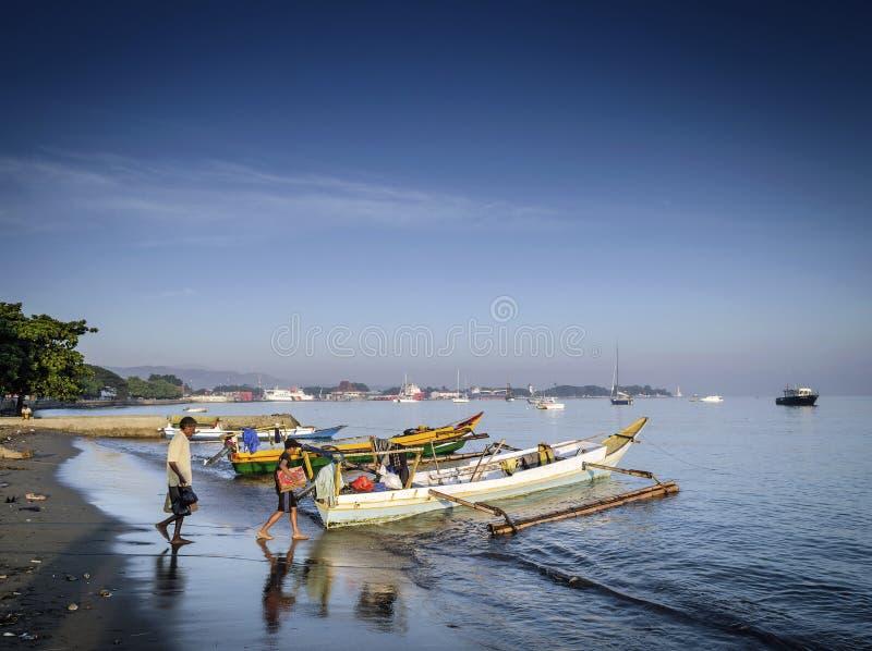 Los barcos asiáticos tradicionales en Dili varan en el leste de Timor Oriental foto de archivo libre de regalías