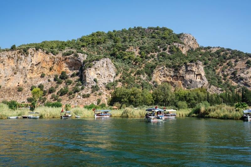 Los barcos atracaron a la orilla rocosa en la opinión de Turquía foto de archivo libre de regalías