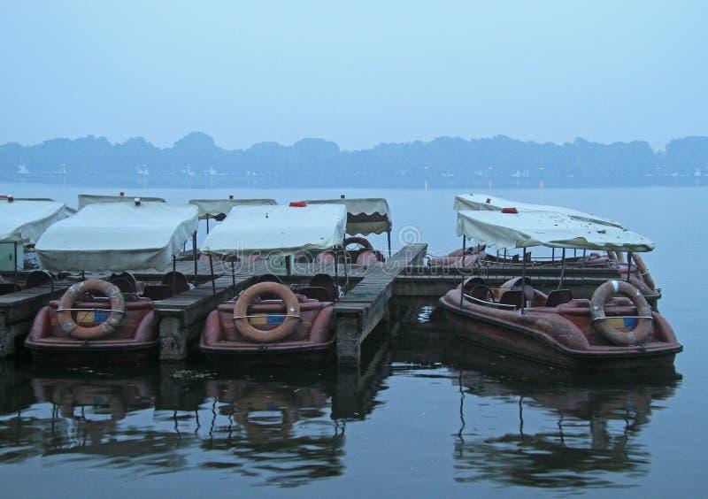 Los barcos chinos de la reconstrucción se amarran en la costa del oeste del lago fotos de archivo
