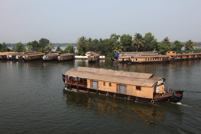 Los barcos de casa tradicionales cruzan los turistas a través de los remansos imagen de archivo libre de regalías