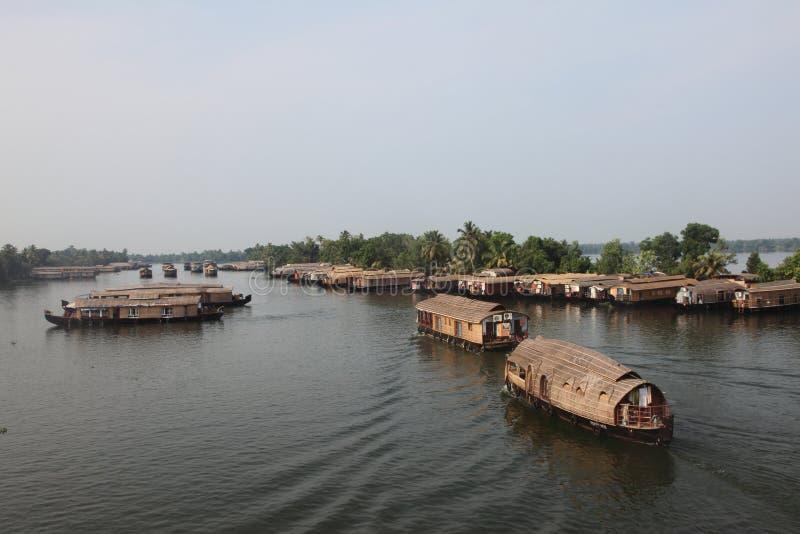 Los barcos de casa tradicionales cruzan los turistas a través de los remansos foto de archivo libre de regalías