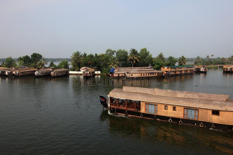 Los barcos de casa tradicionales cruzan los turistas a través de los remansos fotos de archivo libres de regalías