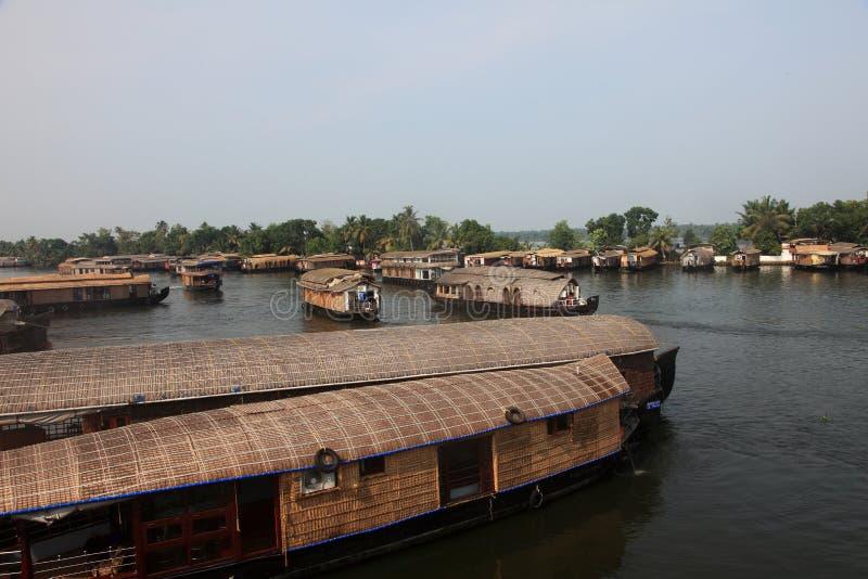 Los barcos de casa tradicionales se atracan en los remansos imagen de archivo