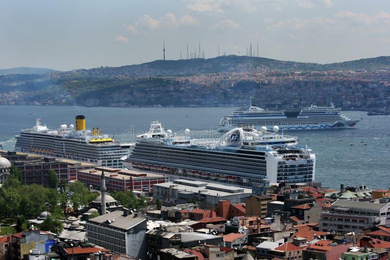 Los barcos de cruceros atracaron en puerto en Estambul en Turquía foto de archivo
