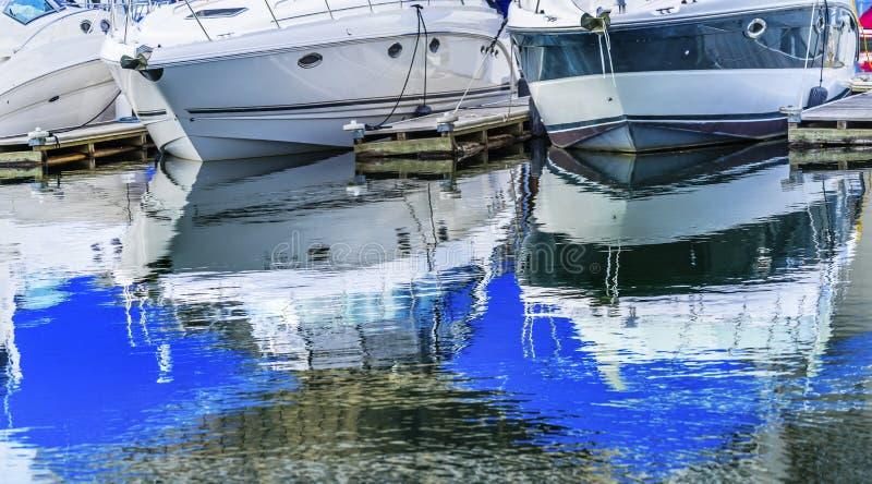 Los barcos de motor resumen el ` Alene Idaho de Marina Coeur D del paseo marítimo fotos de archivo