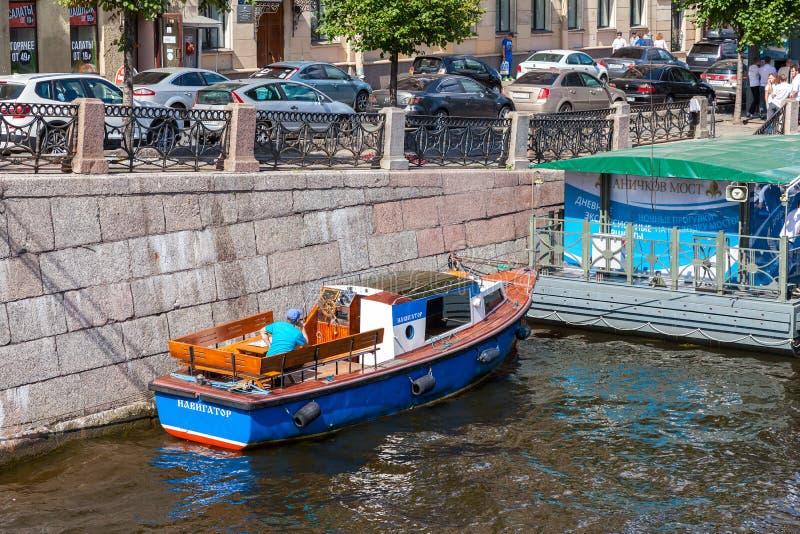 Los barcos de pasajero de la travesía del río amarraron en el río de Fontanka en el suyo fotos de archivo libres de regalías