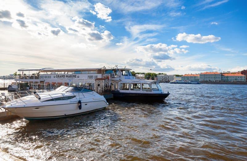 Los barcos de pasajero de la travesía del río amarraron en el río de Neva en StPetrsbur imagen de archivo libre de regalías