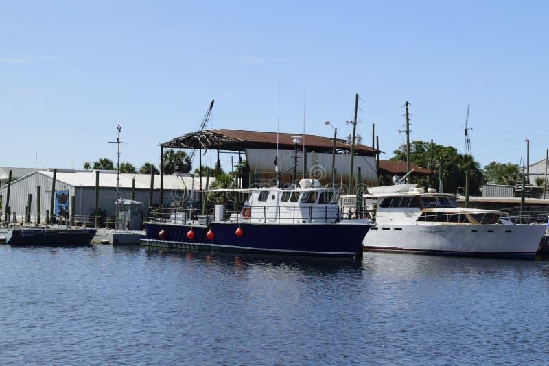 Los barcos de pesca en la esponja atracan en Tarpon Springs, la Florida imágenes de archivo libres de regalías