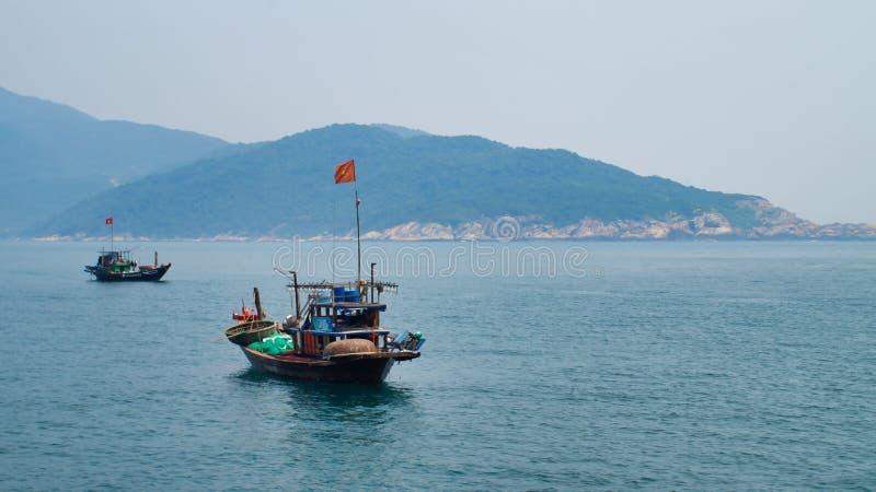 Los barcos de pesca están esperando la pesca de la noche Vietnam Hoi An, Cu Lao Cham del Da Nang imagenes de archivo