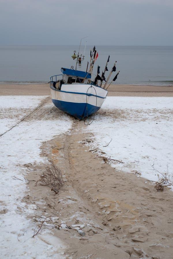 Los barcos de pesca estiraron hacia fuera al mar Puerto pesquero en Europa Central imágenes de archivo libres de regalías