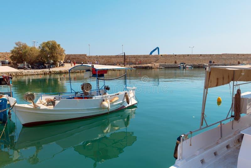 Los barcos de pesca griegos tradicionales se amarran en el puerto de la ciudad de Rethimno foto de archivo libre de regalías
