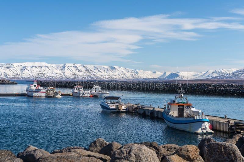 Los barcos de pesca se atracan en el embarcadero en el puerto de Saudarkrokur en Skagafjordur, Islandia foto de archivo libre de regalías