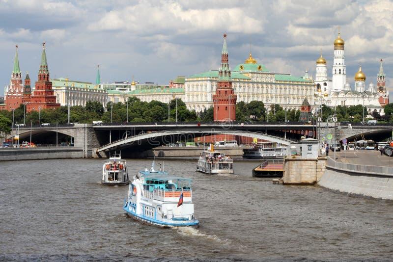 Los barcos de placer navegan a lo largo del río cerca de la Moscú el Kremlin foto de archivo libre de regalías
