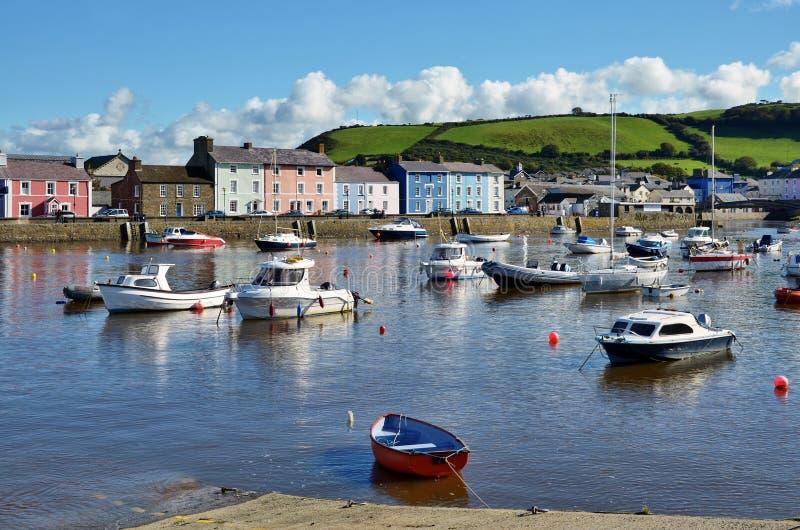 Los barcos en Aberaeron se abrigan, Ceredigion, País de Gales. imagenes de archivo