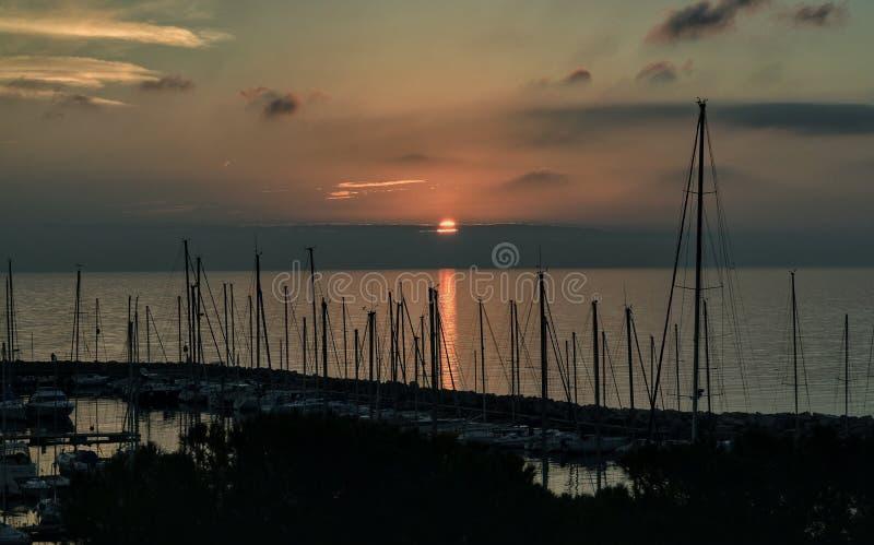 Los barcos en sombra y una puesta del sol pacífica en Trieste foto de archivo libre de regalías