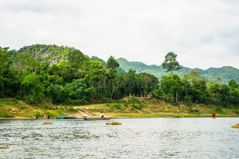Los barcos para transportar a turistas a Phong Nha excavan, Phong Nha - KE golpea el parque nacional, Viet Nam foto de archivo