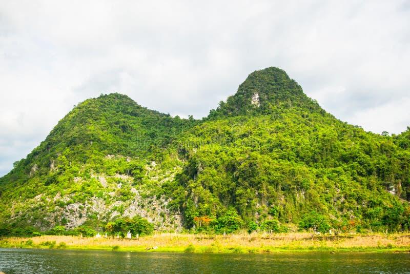 Los barcos para transportar a turistas a Phong Nha excavan, Phong Nha - KE golpea el parque nacional, Viet Nam imagen de archivo libre de regalías