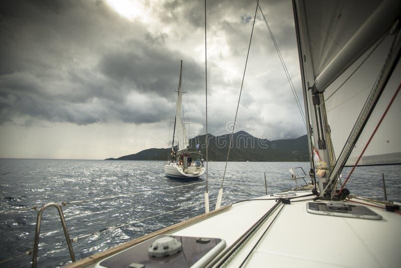 Los barcos participan en la regata 11mo Ellada de la navegación fotos de archivo