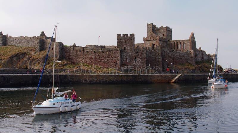 Los barcos que pasan la cáscara se escudan en la isla del ` s de St Patrick en la isla del hombre fotografía de archivo