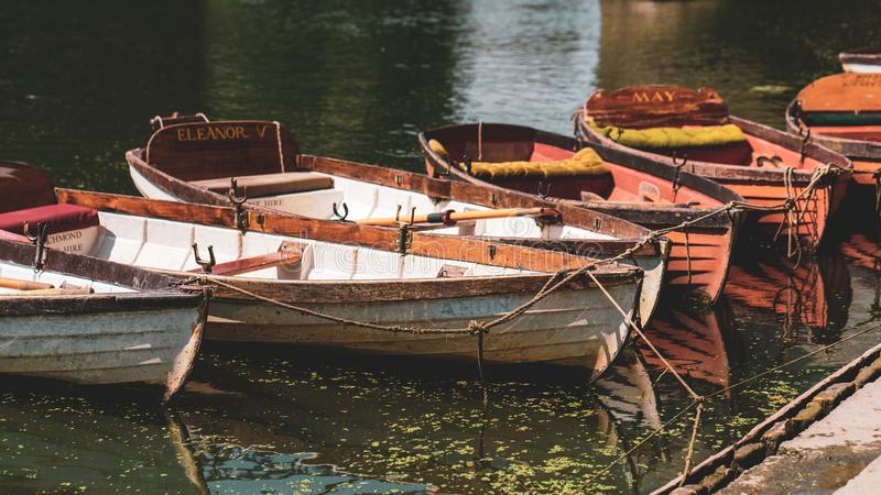 Los barcos que remaban implicaron a lo largo de la orilla en Richmond-sobre-Támesis, Inglaterra del Támesis fotos de archivo