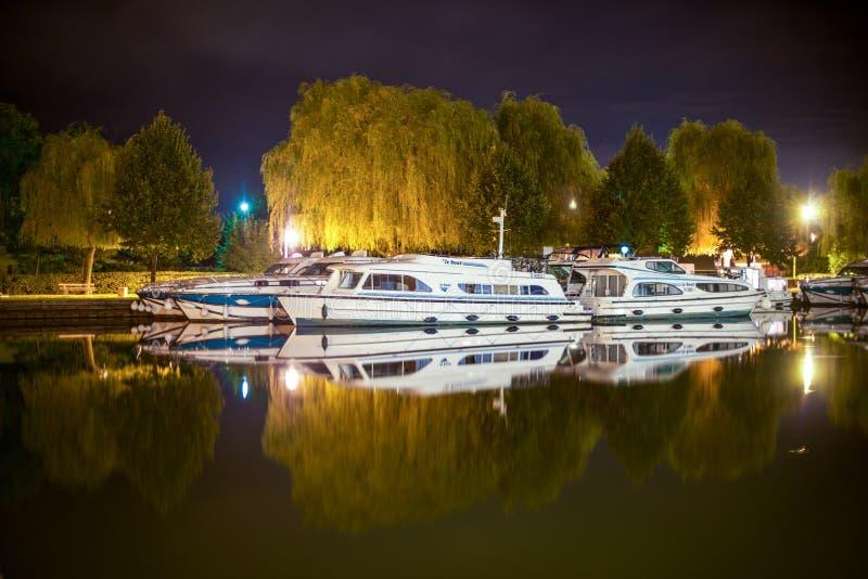 Los barcos reflejaron en el canal de Francia en el centro de la noche foto de archivo