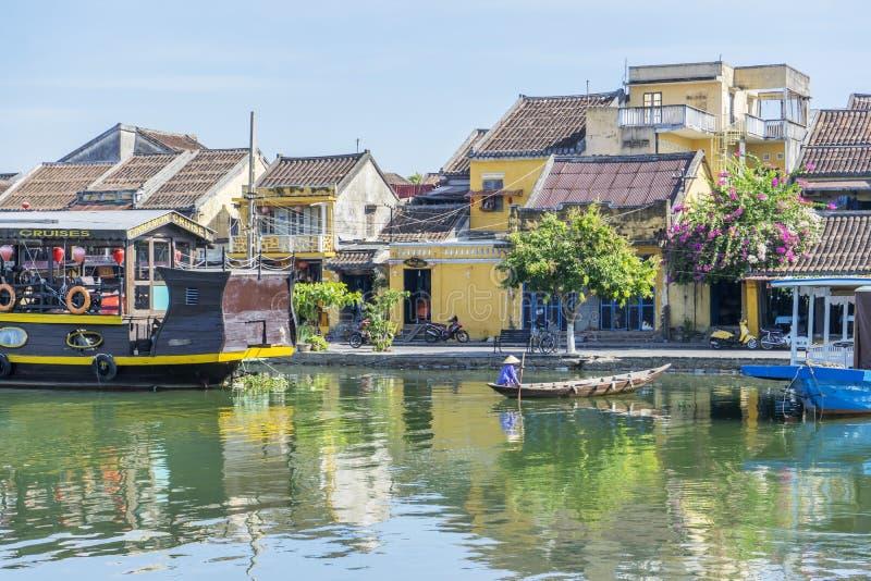 Los barcos sirven a los turistas en Thu Bon River, Hoi An, Vietnam foto de archivo