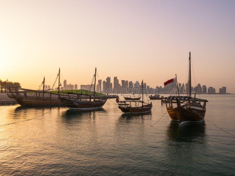 Los barcos tradicionales llamados Dhows se anclan en el puerto fotografía de archivo