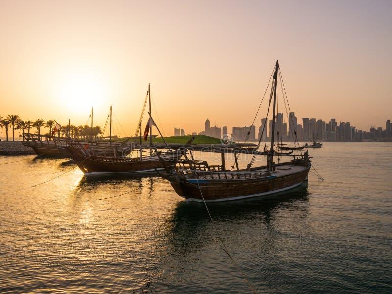 Los barcos tradicionales llamados Dhows se anclan en el puerto fotografía de archivo libre de regalías