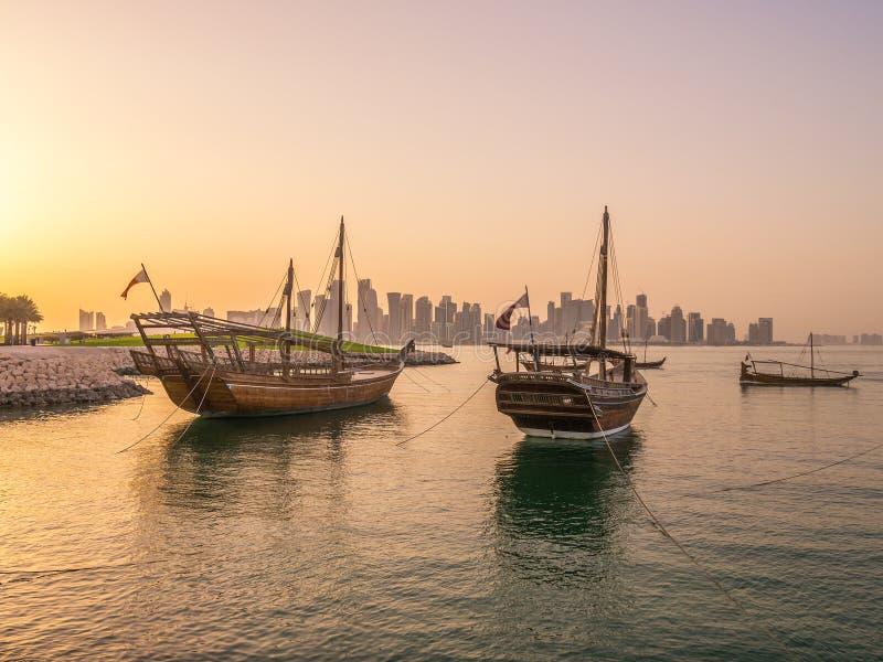 Los barcos tradicionales llamados Dhows se anclan en el puerto imagenes de archivo
