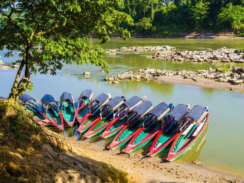 Los barcos turísticos amarraron para el sitio arqueológico de Yaxchilan, frontera de Chiapas, México-Guatemala foto de archivo libre de regalías