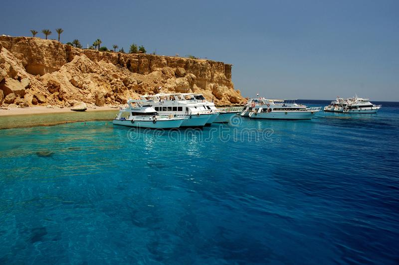 Los barcos turísticos anclaron por la isla, Sharm el Sheikh, península del Sinaí, Mar Rojo, Egipto imagenes de archivo