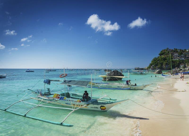 Los barcos turísticos del viaje del taxi del agua en diniwid varan el philippin de Boracay fotografía de archivo