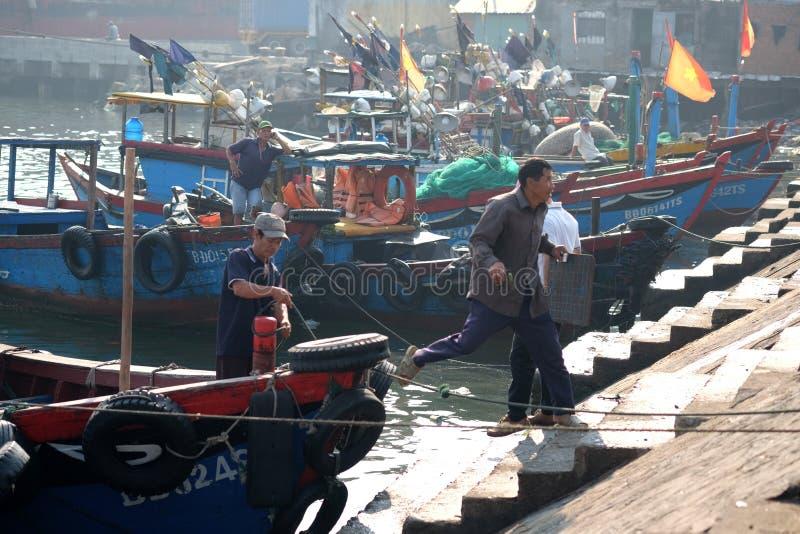 Los barcos y la forma de vida en Qui Nhon pescan el puerto, Vietnam por la mañana imágenes de archivo libres de regalías