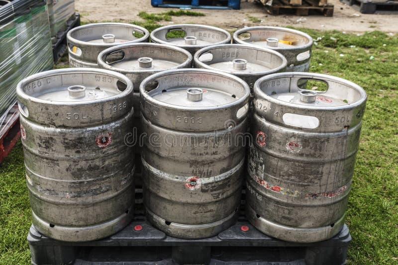 Los barriles de cerveza en un pálido alistan para transportar foto de archivo