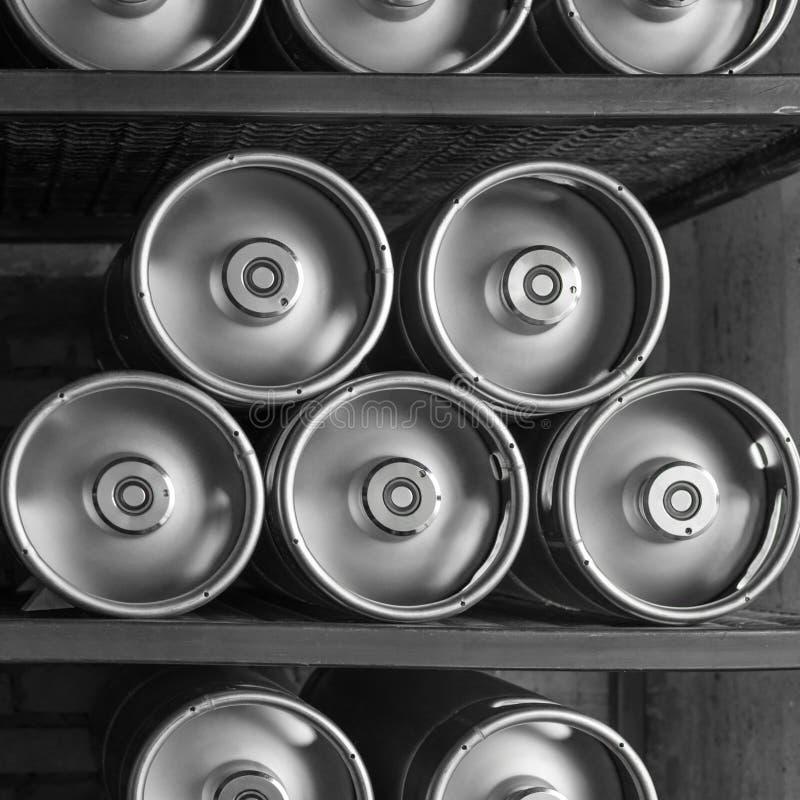 Los barriletes de cerveza del metal mienten en fila fotografía de archivo