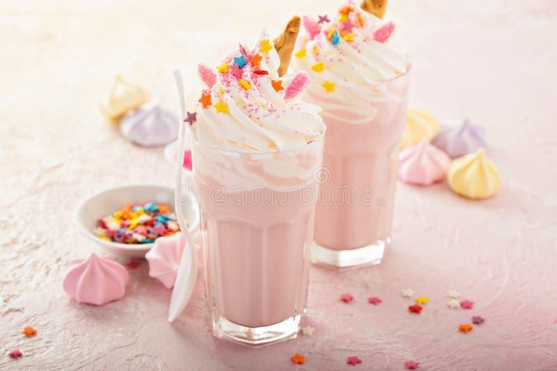 Los batidos de leche del unicornio con asperjan imagen de archivo