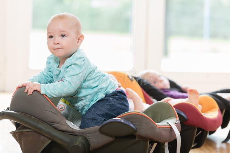 Los bebés recién nacidos en niño agrupan la mentira en cáscaras del bebé imagenes de archivo