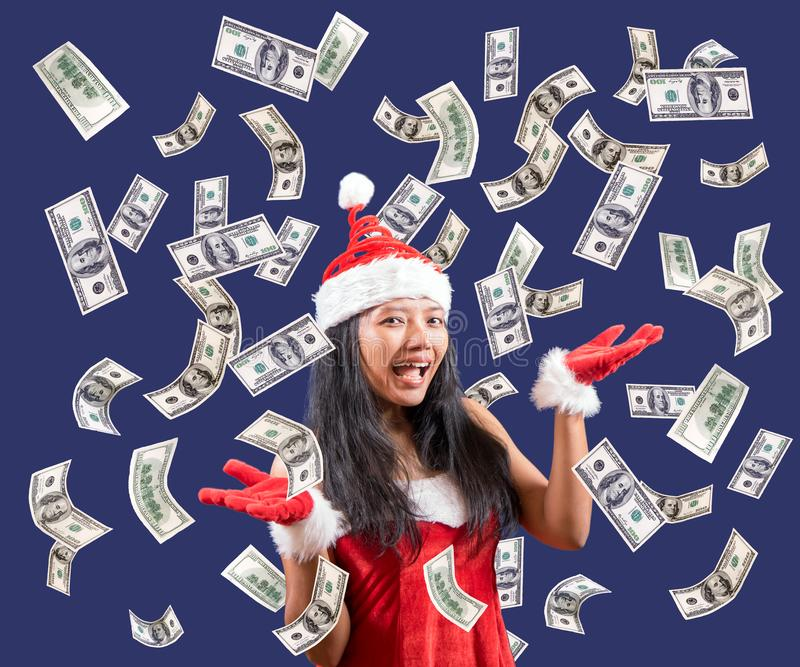Los billetes de dólar están cayendo alrededor de señora Papá Noel _2 fotos de archivo