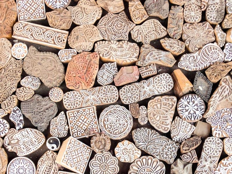 Los bloques de impresión de madera de los sellos dan tallado por los artesanos en el mercado callejero en Jaisalmer, la India fotografía de archivo