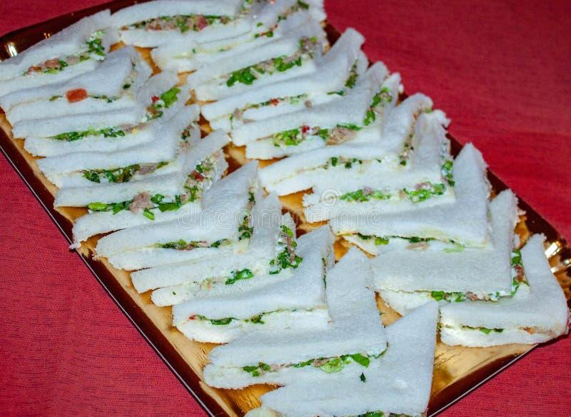 Los bocadillos sabrosos alistan para ser gozados, colocado en una bandeja, el bocadillo, pan relleno con qué se considera el mejo imagenes de archivo