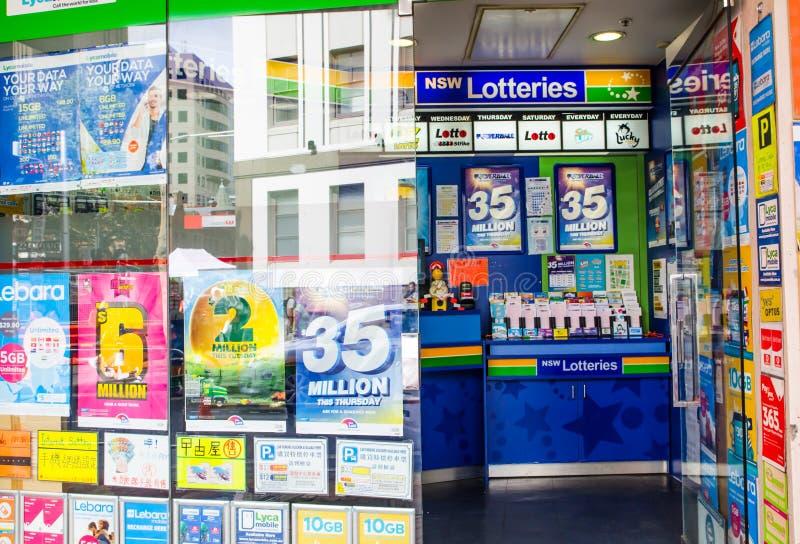Los boletos de loteria de Nuevo Gales del Sur venden en la tienda del agente periodístico en el centro de la ciudad de Sydney imagen de archivo