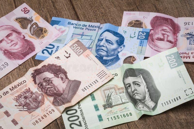 Los boletos de 20, 50, 200 y 500 Pesos mexicanos parecen estar tristes fotografía de archivo