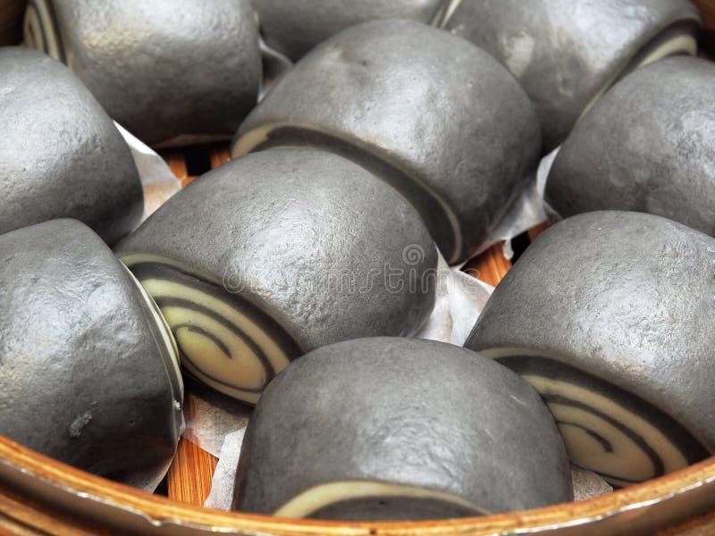 Los bollos cocidos al vapor chino tienen contienen el carbón de leña activado fotos de archivo