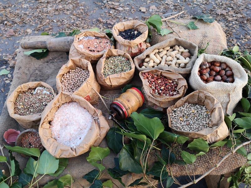Los bolsos de la legumbre expusieron las legumbres y las cosechas secadas foto de archivo libre de regalías