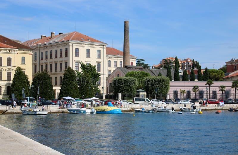 Los botes pequeños en Rovinj se abrigan, Rovigno, Croacia imagen de archivo