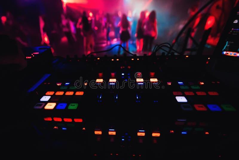 Los botones coloridos que brillan intensamente en el mezclador DJ van de fiesta al club de noche para bailar foto de archivo