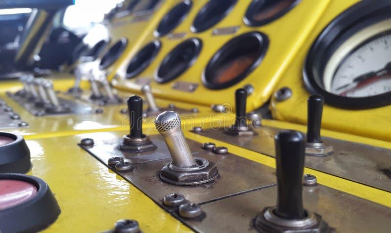 Los botones y los controles Panel de control amarillo imágenes de archivo libres de regalías